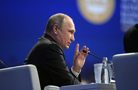 Президент России Владимир Путин на пленарном заседании Петербургского международного экономического форума.
