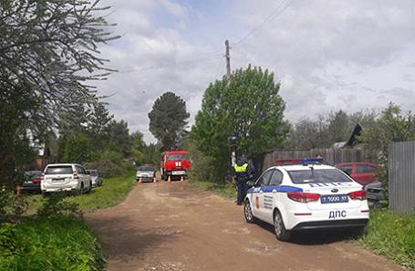 Сотрудники следственных органов и МЧС у дома, где произошла трагедия.