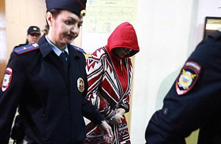 Вице-губернатор Владимирской области Елена Мазанько (в центре), задержанная по подозрению в получении взятки, перед началом рассмотрения ходатайства об аресте в Басманном суде.