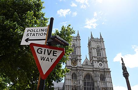 Указатель на избирательный участок в Лондоне, Великобритания.