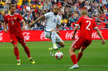 Игроки сборной России Роман Шишкин и Игорь Смольников, а также игрок  сборной Чили Артуро Видаль (в центре) в товарищеском матче России и Чили.