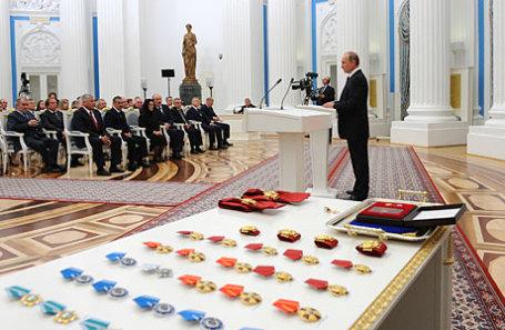 Президент России Владимир Путин (справа) во время церемонии вручения государственных наград в Кремле.