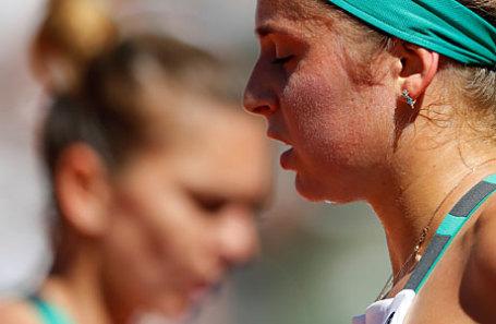 Теннисистки Симона Халеп (справа) и Елена Остапенко.