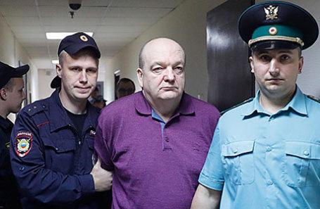 Бывший глава Федеральной службы исполнения наказаний Александр Реймер (в центре), обвиняемый в мошенничестве при закупках электронных браслетов, перед оглашением приговора в Замоскворецком суде.