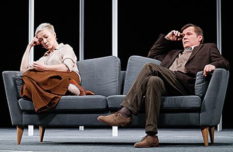 Актеры Дарья Мороз (Джуди) и Игорь Гордин (Гэйб) в сцене из спектакля «Мужья и жены» режиссера Константина Богомолова в МХТ им. Чехова.