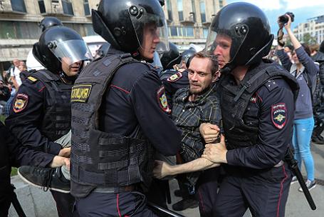 Во время задержания участника несанкционированной акции.