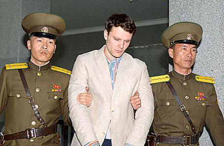 Отто Уормбир (в центре) по пути в суд в Пхеньяне, Северная Корея.