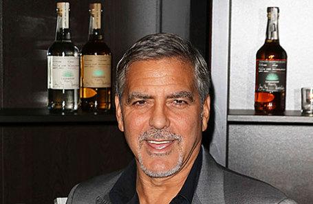 Джордж Клуни и бутылки бренда текилы Casamigos.