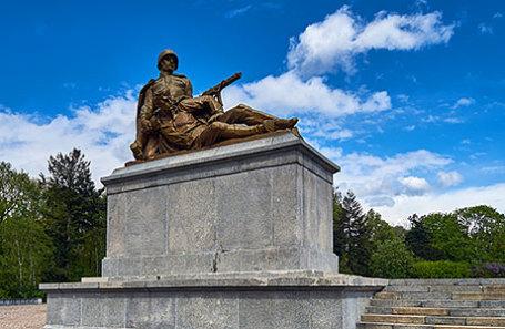 Памятник советским воинам, погибших в борьба против нацистской Германии на Советском военном кладбище в Варшаве, Польша.