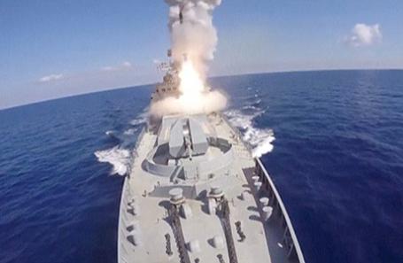Корабль ВМФ России наносит удар по позициям террористов в провинции Хама, Сирия, 23 июня 2017.