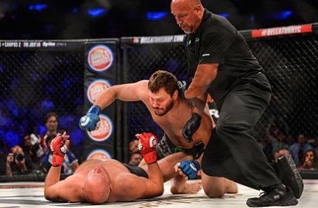 Россиянин Федор Емельяненко проиграл бой американцу Мэтту Митриону в рамках шоу Bellator 180 в Нью-Йорке.