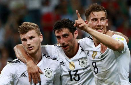 Игроки сборной Германии Тимо Вернер, Ларс Штиндль и Леон Горецка радуются забитому голу в полуфинальном матче Кубка конфедераций FIFA между сборными Германии и Мексики.