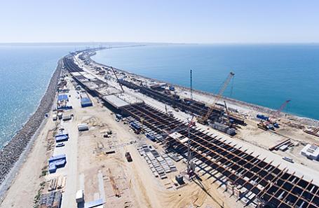 Вид на строящийся транспортный переход через Керченский пролив.