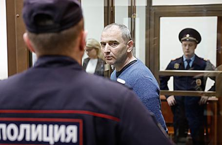 Владимир Аникеев (в центре), признавший вину в незаконном доступе к компьютерной информации, во время оглашения приговора в Мосгорсуде, 6 июля 2017.