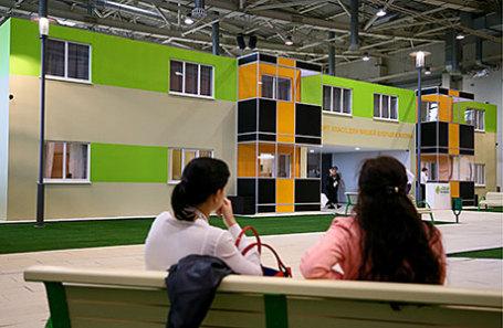 Макет типовых домов по программе реновации, которые планируется построить вместо пятиэтажных домов, подлежащих сносу.