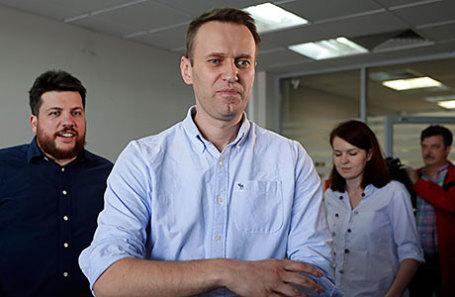 Оппозиционер Алексей Навальный ( в центре).