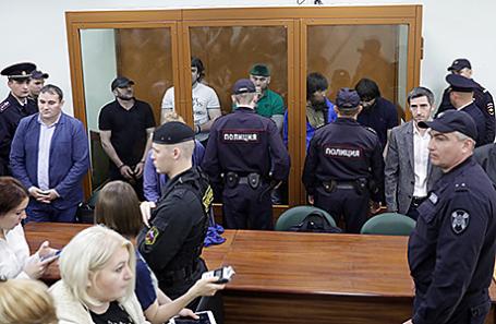 Фигуранты дела об убийстве политика Бориса Немцова после оглашения приговора в Московском окружном военном суде.