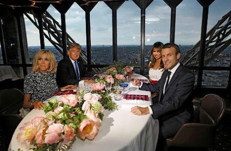Президент Франции Эммануэль Макрон с супругой Бриджит и президент США Дональд Трамп с Меланией Трамп в ресторане «Жюль Верн» на Эйфелевой башне.