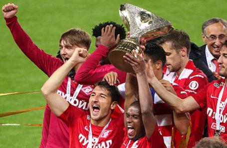 Игроки «Спартака», завоевавшие Суперкубок России по футболу, во время церемонии награжения