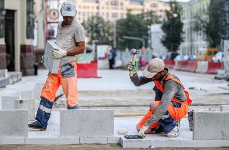 Рабочие во время укладки плитки на Тверском бульваре.