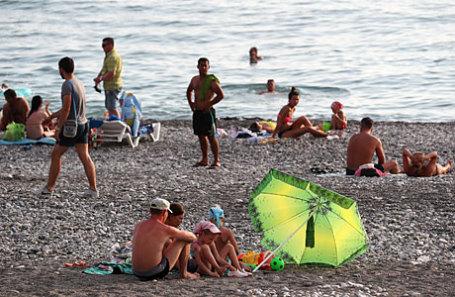 Абхазия. Гагра. Отдыхающие на городском пляже.