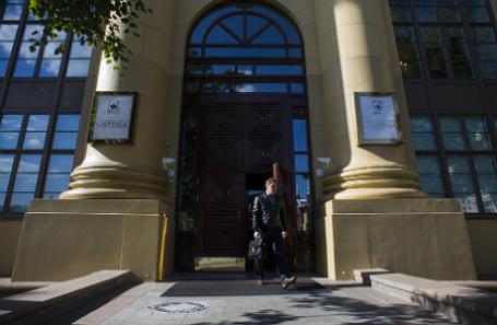 У входа в здание АФК «Система».