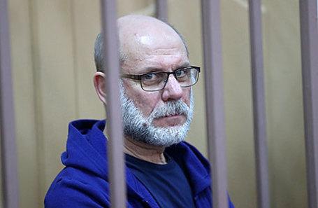 Бывший генеральный продюсер компании «Седьмая студия», бывший директор театра «Гоголь-центр» Алексей Малобродский (в центре), задержанный по подозрению в хищении бюджетных средств, перед началом рассмотрения ходатайства следствия о продлении его ареста в Басманном суде.