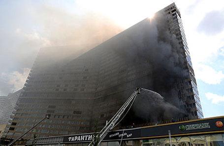 Во время тушения пожара в многоэтажном здании на Новом Арбате.