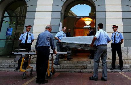 Работники несут гроб для эксгумации испанского художника Сальвадора Дали в городе Фигерас, Испания.