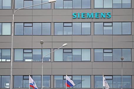 Вывеска на здании ООО «Сименс технологии газовых турбин» (СТГТ) в промышленной зоне Горелово на улице Сименса. Ленинградская область.