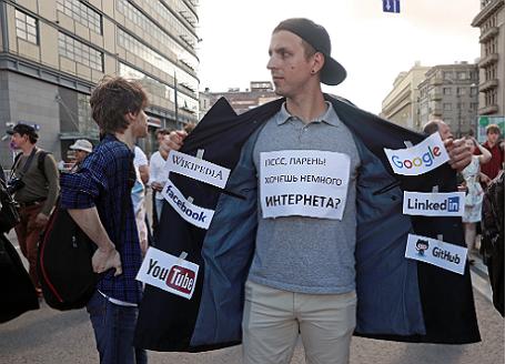 Участник согласованного шествия «За свободный интернет» на проспекте Сахарова.