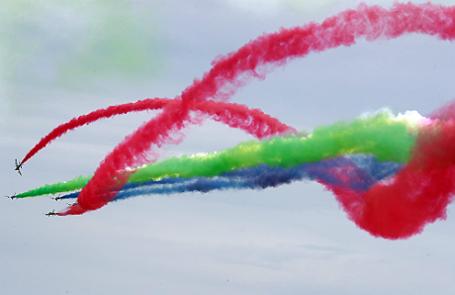 Авиационная пилотажная группа ВВС ОАЭ «Рыцари» на учебно-тренировочных самолетах Aermacchi MB-339 во время выступления на XIII Международном авиационно-космическом салоне МАКС-2017 в Жуковском.