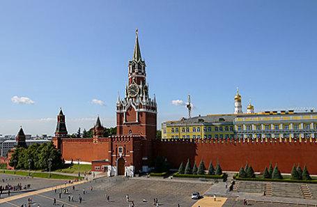 Вид на Красную площадь и Спасскую башню Московского Кремля.