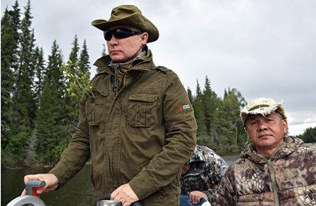 Президент РФ Владимир Путин и министр обороны РФ Сергей Шойгу (слева направо) во время отдыха на каскаде горных озер.
