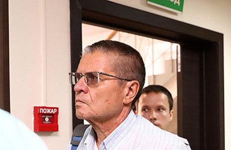 Бывший министр экономического развития РФ Алексей Улюкаев, обвиняемый в получении взятки в 2 миллиона долларов, перед началом предварительного заседания в Замоскворецком суде.