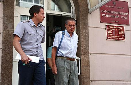 Бывший министр экономического развития РФ Алексей Улюкаев (справа), обвиняемый в получении взятки в 2 миллиона долларов, после предварительного заседания в Замоскворецком суде.