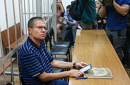 Бывший министр экономического развития РФ Алексей Улюкаев, обвиняемый в получении взятки в 2 миллиона долларов, во время рассмотрения дела по существу в Замоскворецком суде, 16 августа 2017.