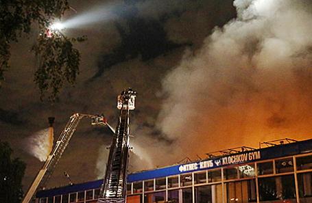 Тушение пожара площадью 15 тысяч квадратных метров в складских помещениях на Полярной улице, 31А.