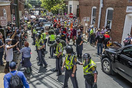 Столкновения ультраправых активистов и их противников в американском Шарлоттсвилле.