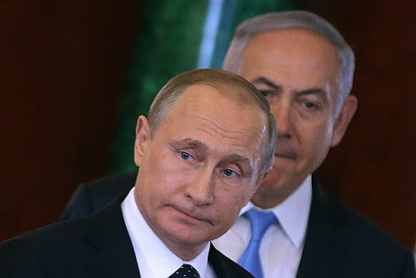 Премьер-министр Израиля Биньямин Нетаньяху (на втором плане) и президент России Владимир Путин (на первом плане).
