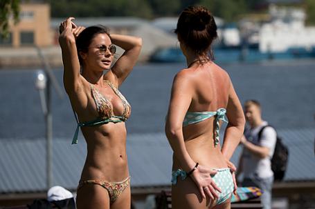 Отдыхающие на пляже в парке «Северное Тушино» в Москве.