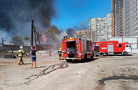 На месте пожара в частном секторе в Ростове-на-Дону, 21 августа 2017.