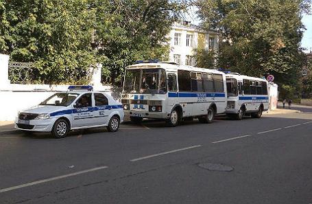 Полицейские автобусы напротив «Гоголь-центра» 22 августа.