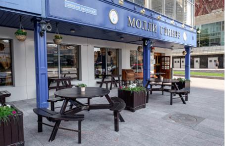 Летняя веранда пивного ресторана «Молли Гвиннз» на Новом Арбате.