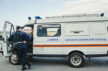 Сотрудники полиции на месте убийства преступника в центре Сургута.