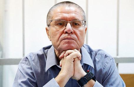 Бывший министр экономического развития РФ Алексей Улюкаев, обвиняемый в получении взятки в 2 миллиона долларов, перед началом рассмотрения дела по существу в Замоскворецком суде.