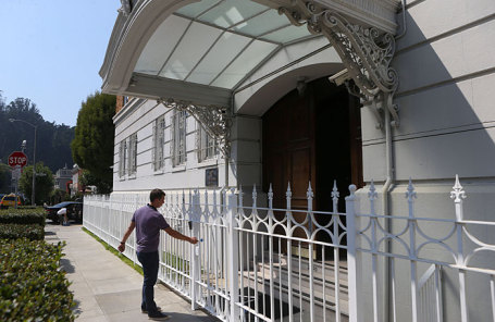 У здания российского консульства в Сан-Франциско, США.