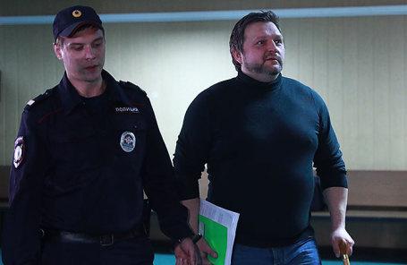 Бывший губернатор Кировской области Никита Белых (справа), обвиняемый в получении взятки в размере 600 тысяч евро, перед началом рассмотрения дела по существу в Пресненском суде.