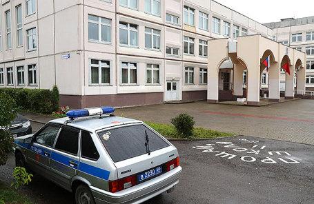 Автомобиль полиции у здания школы №1 в Ивантеевке, где ученик 9 класса открыл стрельбу.