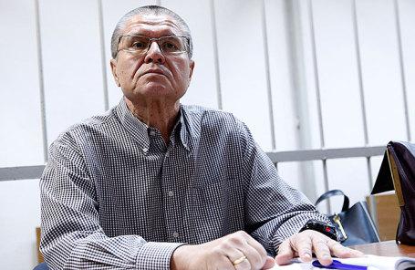 Бывший министр экономического развития РФ Алексей Улюкаев, обвиняемый в получении взятки в 2 миллиона долларов, перед началом допроса свидетелей обвинения по делу в Замоскворецком суде.